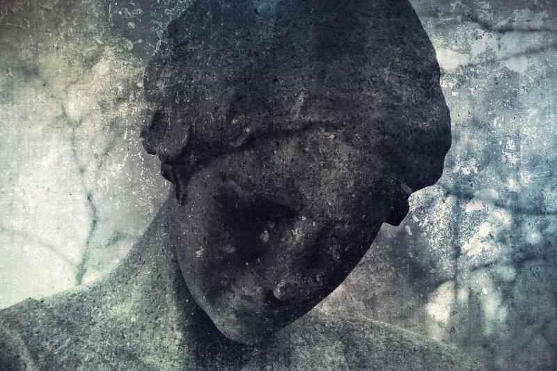 Статуя, выражающая подавленность: женщина с опущенной головой