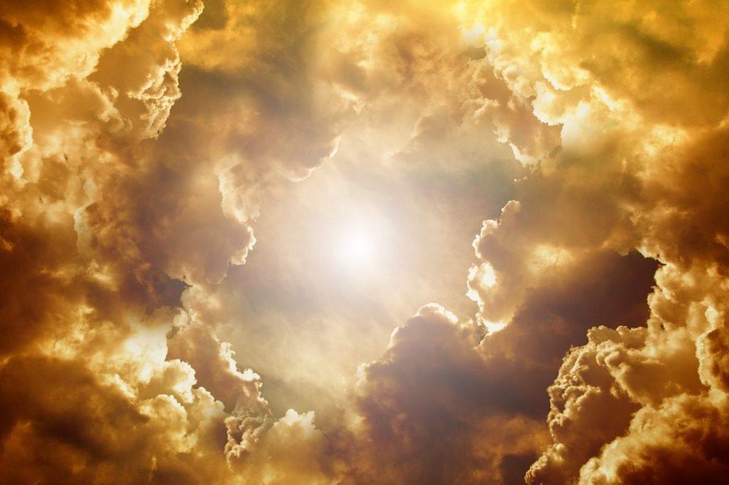 Проясняющееся небо, символизирующее преображение