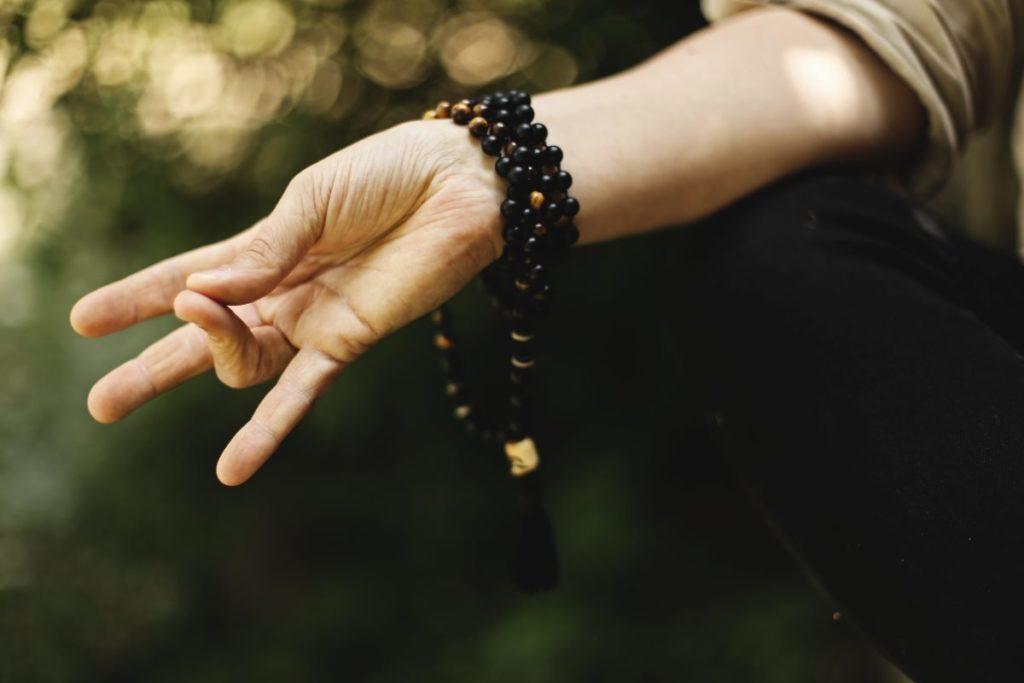 Мудра (жест) с соединёнными большим и безымянным пальцами