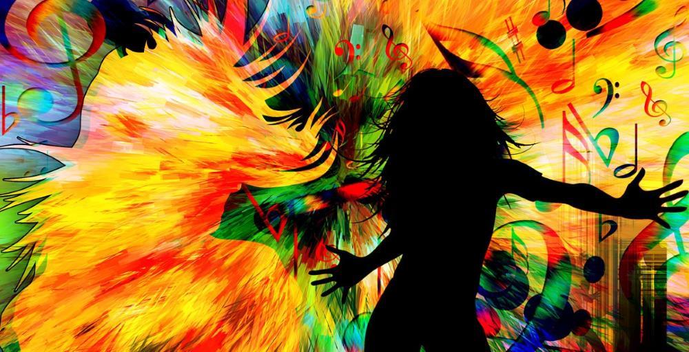 Силуэт девушки в танце на ярком разноцветном фоне