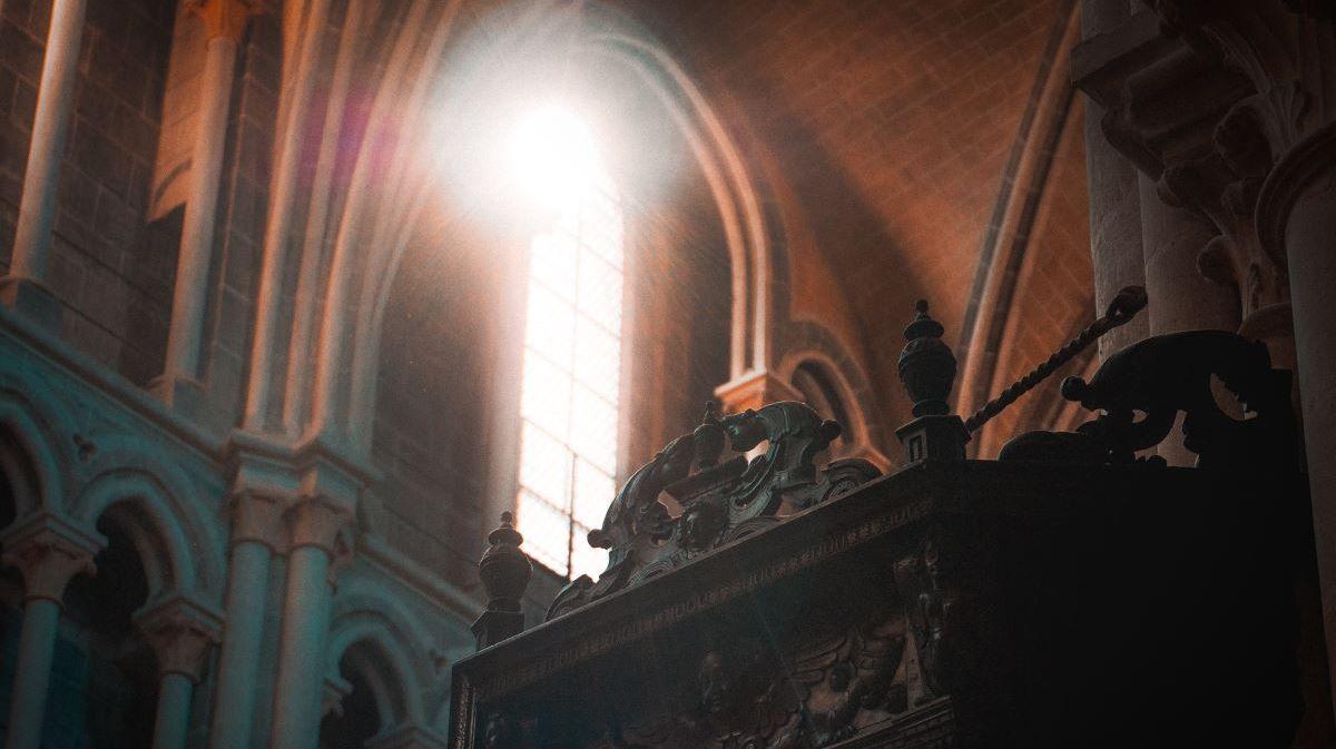 Свет, озаряющий храм через сводчатое окно