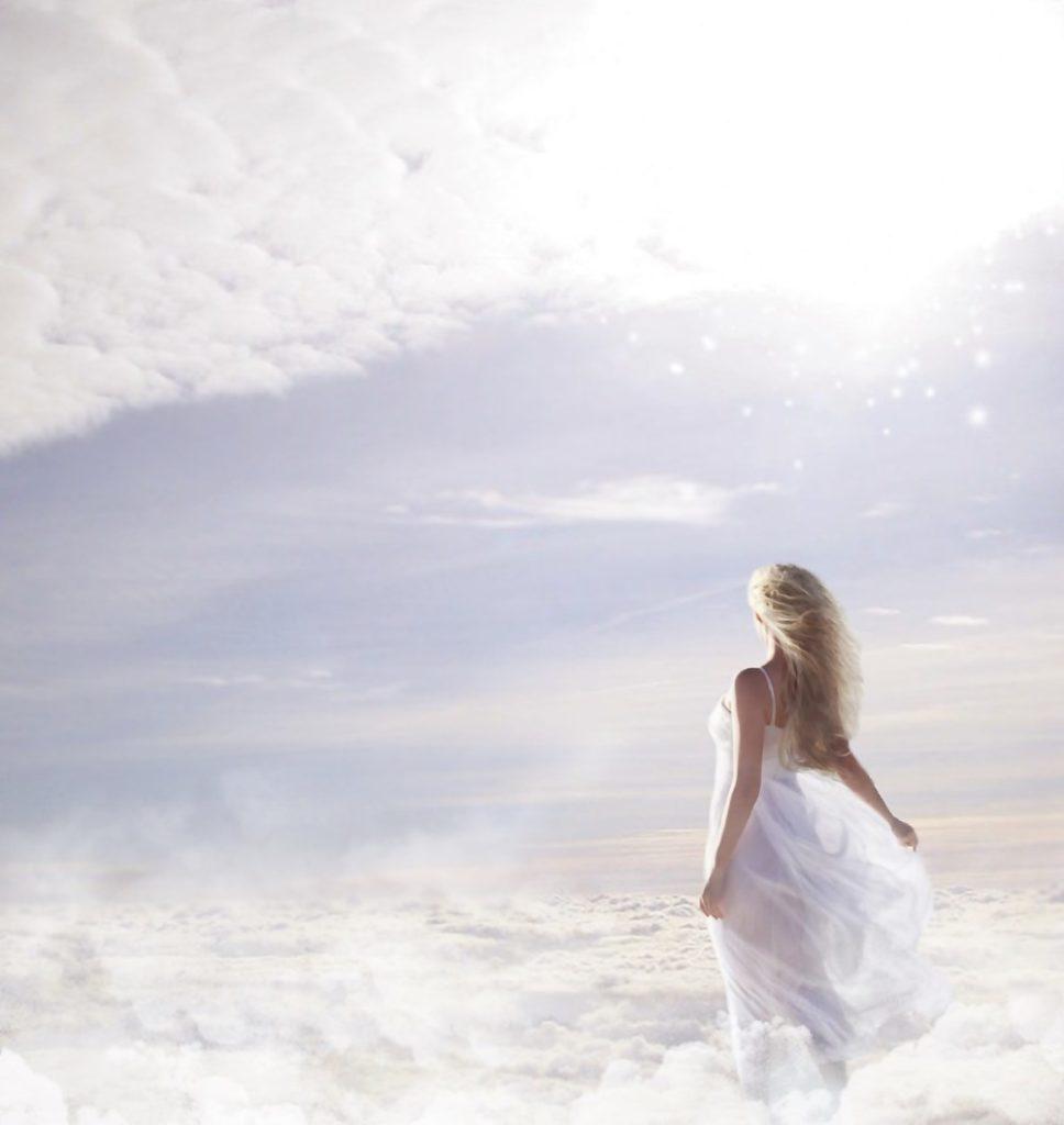 Женщина, парящая в высоте, над облаками