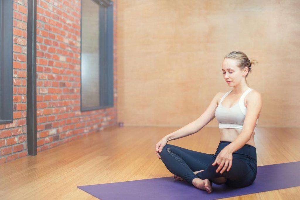 Женщина, медитирующая в одной из асан йоги - сукхасане