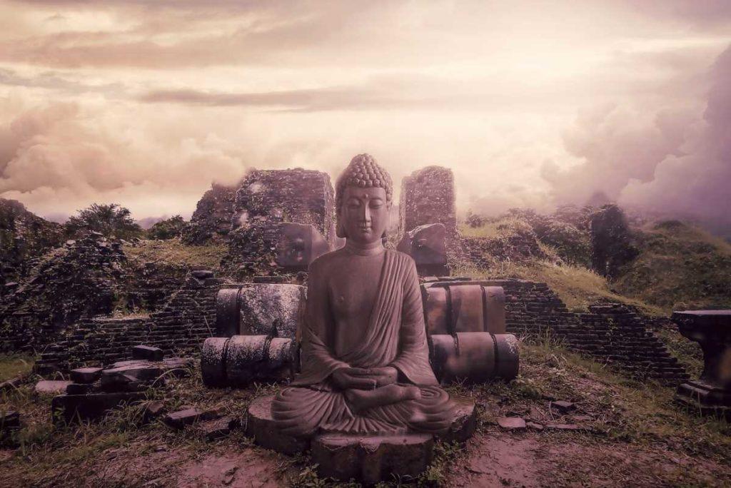 Статуя Будды с закрытыми глазами в медитативной позе