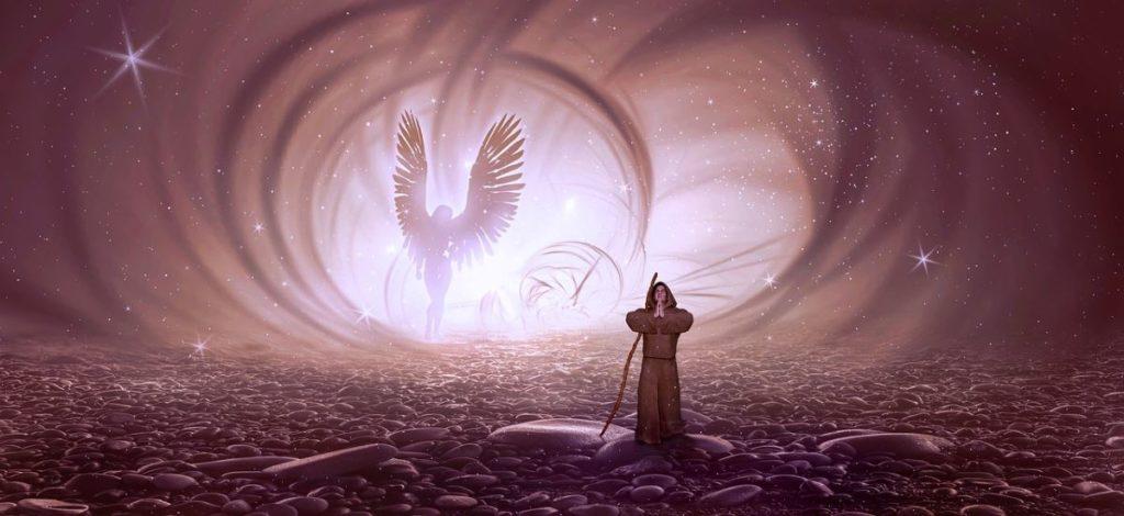 Божественное присутствие в виде ангела и яркого света позади монаха