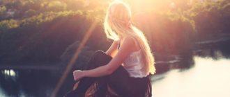 Свет Солнца, озаряющий девушку, сидящую у реки