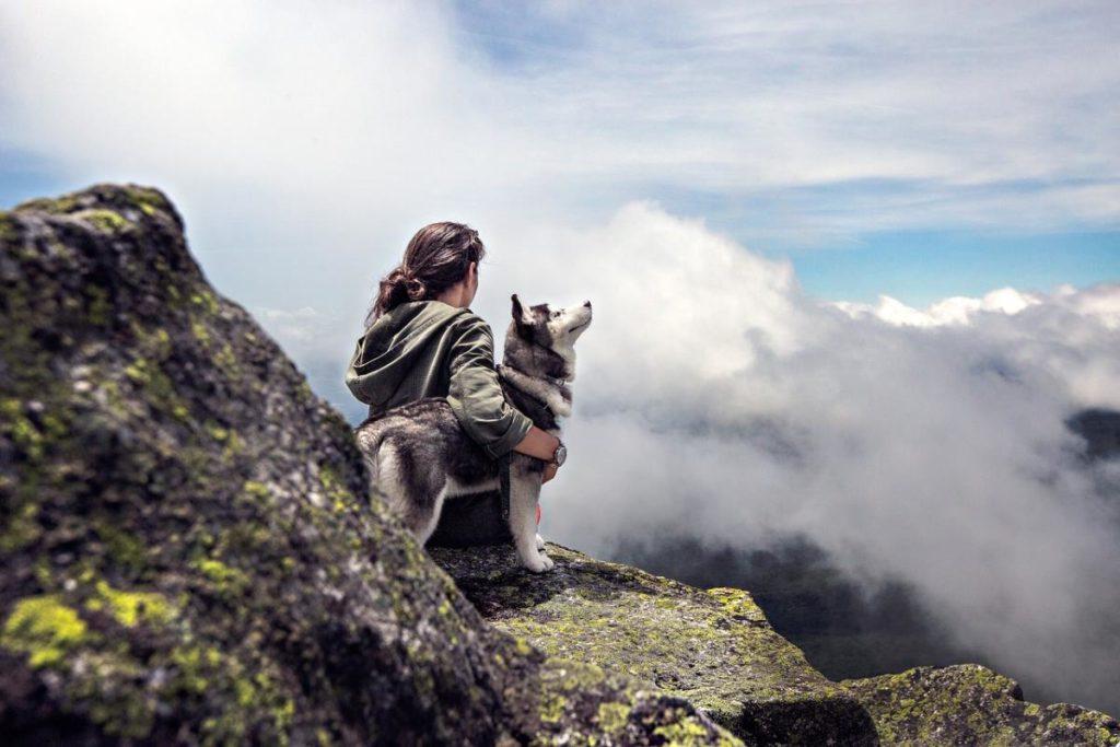 Человек, обнимающий свою собаку
