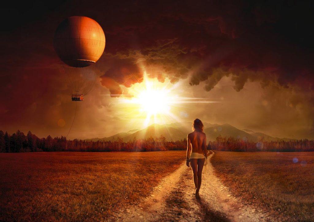 Почти обнажённая женщина, идущая на свет Солнца