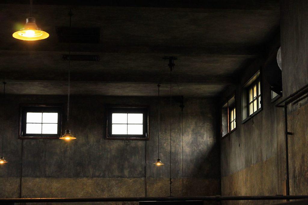 Пустое, грязное помещение, в котором отсутствует кто-либо и что-либо