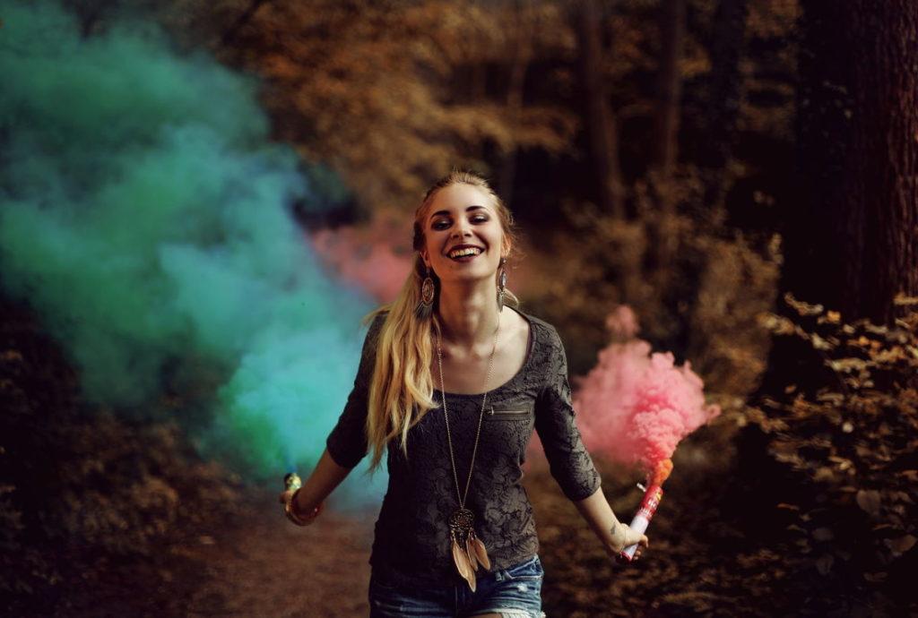 Красивая девушка с чувством счастья на лице