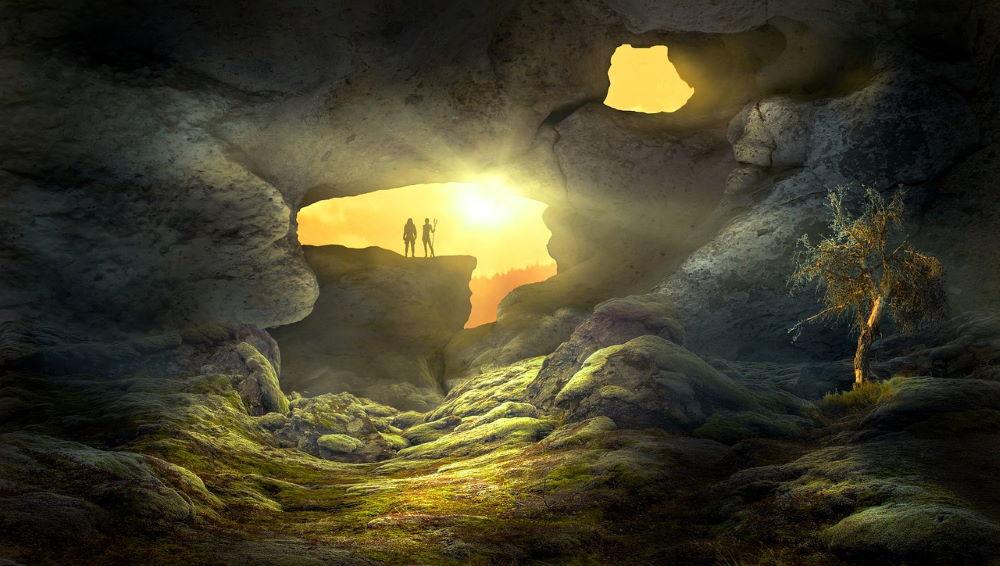 Силуэты людей, готовых выйти из пещеры