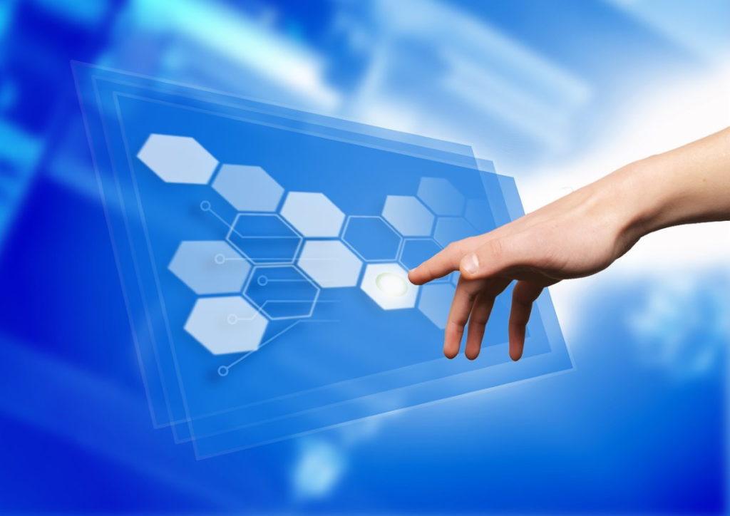 Рука человека, взаимодействующего с реальностью посредством интерфейса