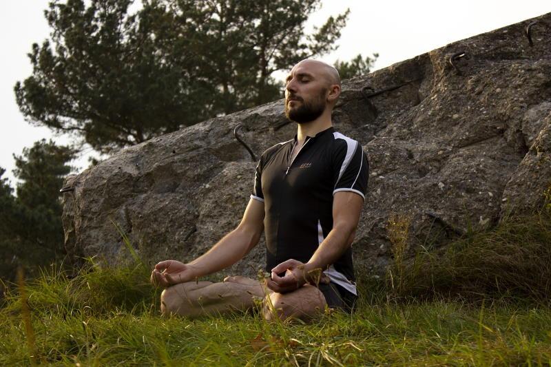 Мужчина в процессе медитации в позе лотоса