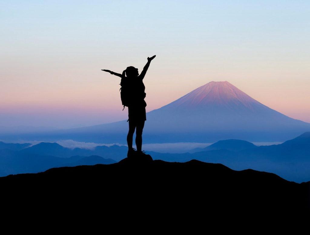 Силуэт человека на вершине горы