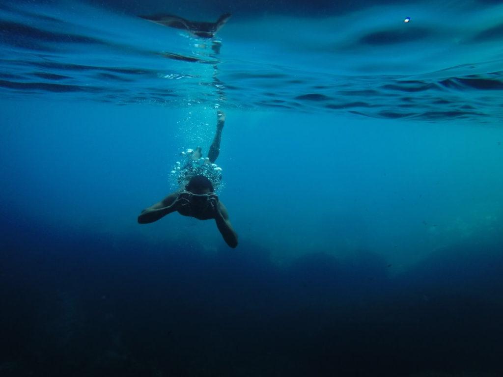 Человек во время погружения в океан