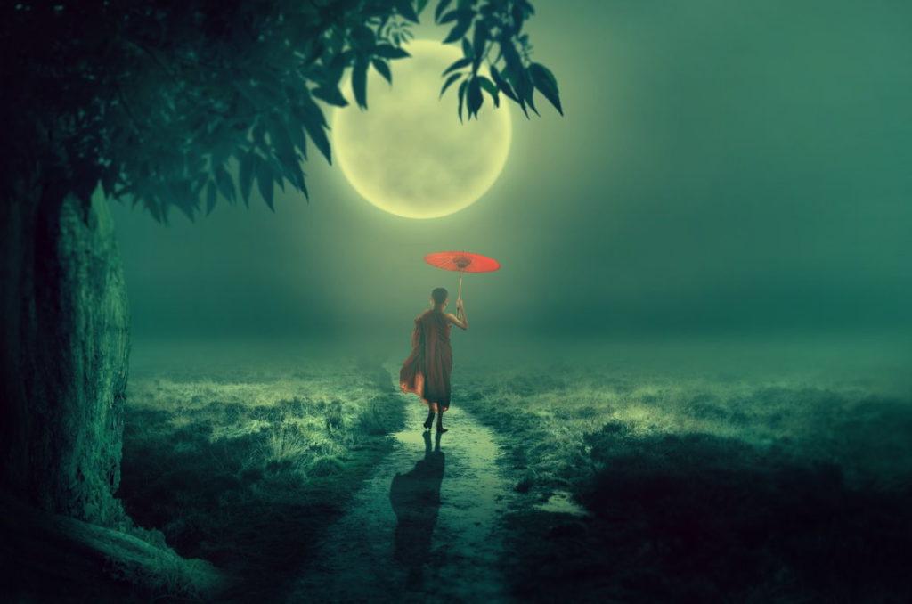 Мальчик в буддистском одеянии посреди реальности: дерево, тропа, Луна