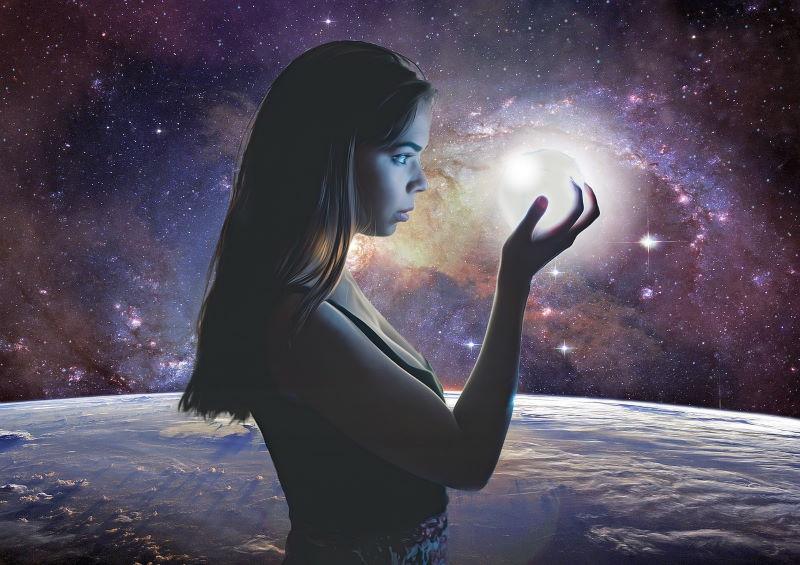 Девочка, прикасающаяся к Реальности - Луне посреди космоса