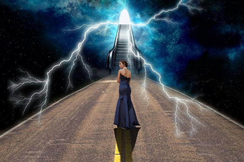 Женщина на пути через молнии к Свету