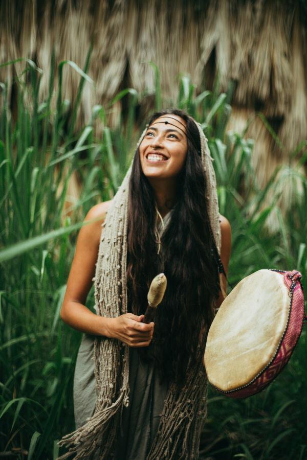 Улыбающаяся женщина с шаманским бубном