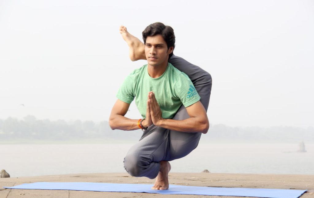 Мужчина, выполняющий изощрённую асану йоги