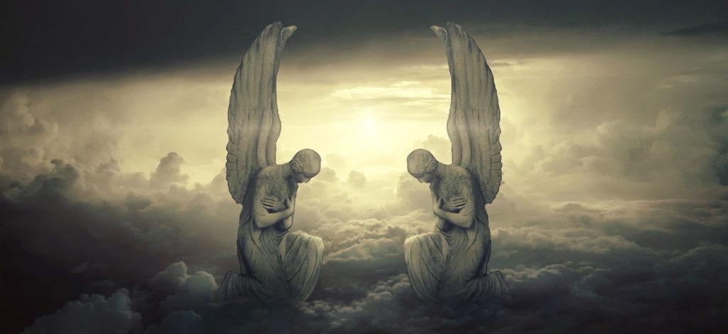 Ангелы в Небесах, чья поза выражает смирение