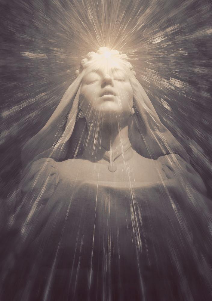 Свет, струящийся из центра лба девушки