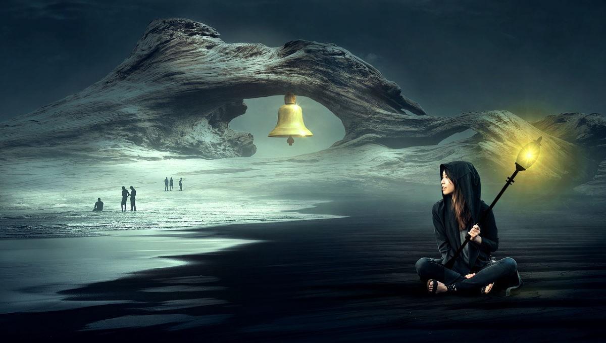 Женщина с фонарём, свет которого символизирует осознанность