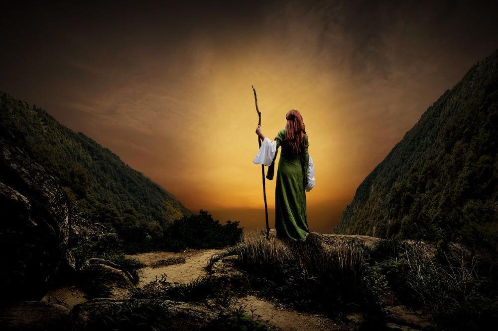 Женщина, идущая через мрак негативного состояния