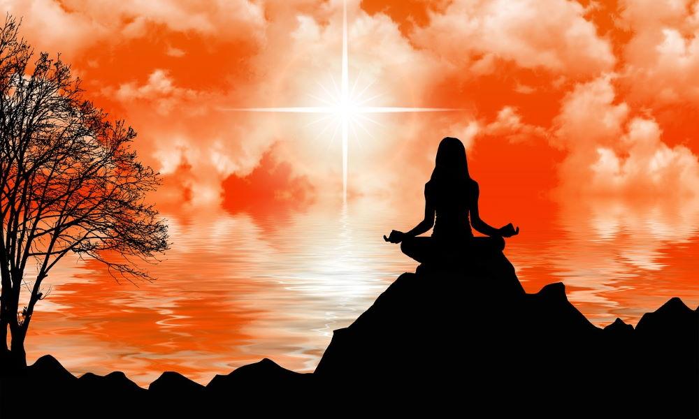 Силуэт женщины во время духовной практики
