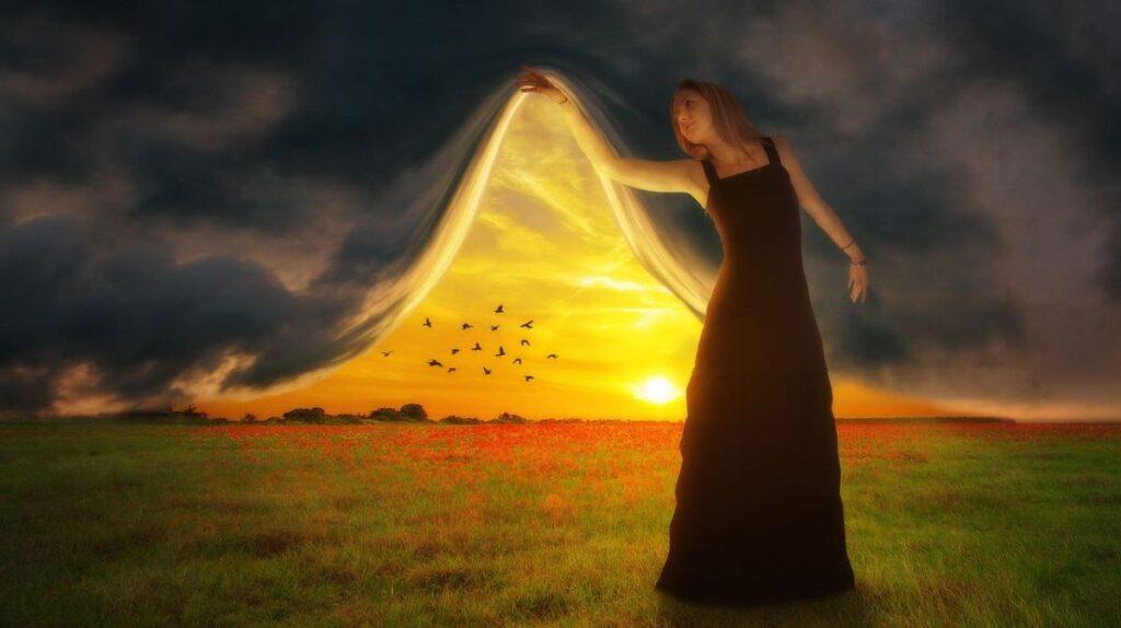 Женщина после духовного пробуждения, приоткрывающая завесу омрачения