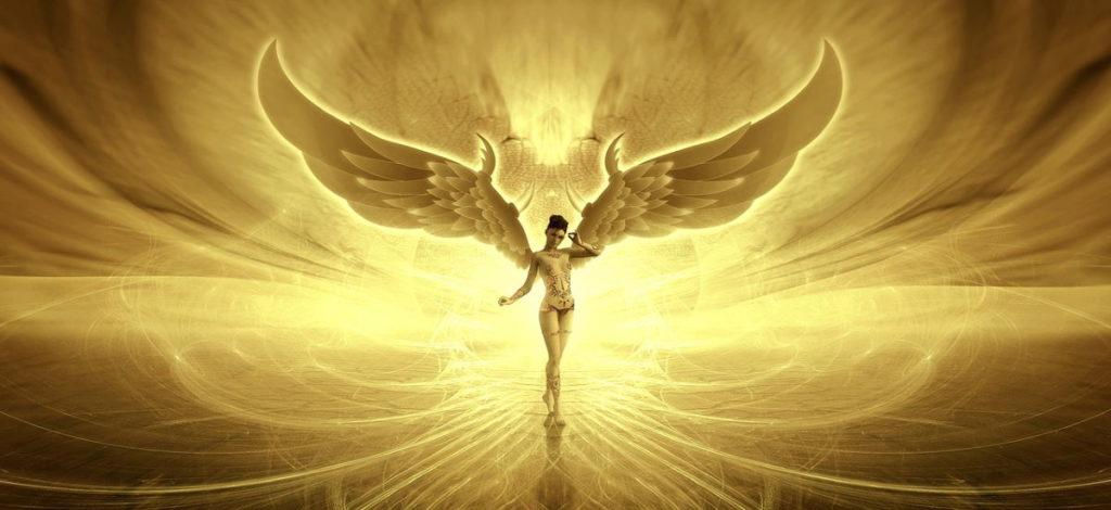 Женщина в сияющем свете Любви и её крыльями за спиной