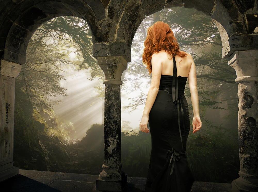 Женщина, идущая на свет из-за обшарпанных колонн