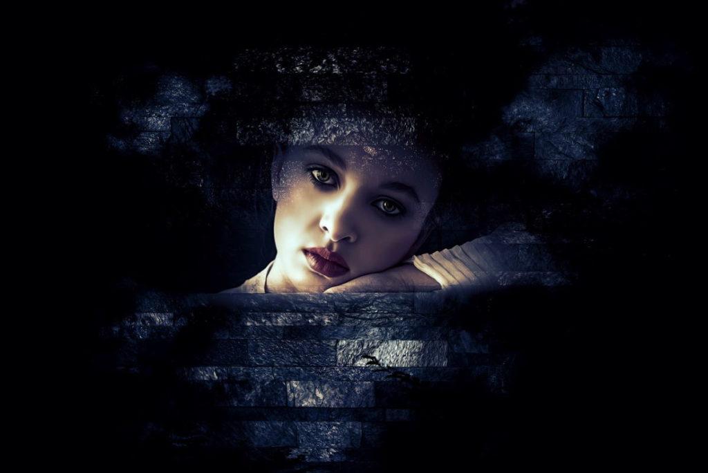 Лицо красивой девушки, погружённой во мрак пассивности