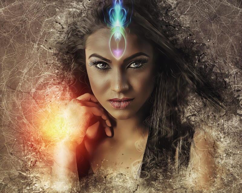 Лицо красивой женщины, наполненной Силой, лучащейся энергией