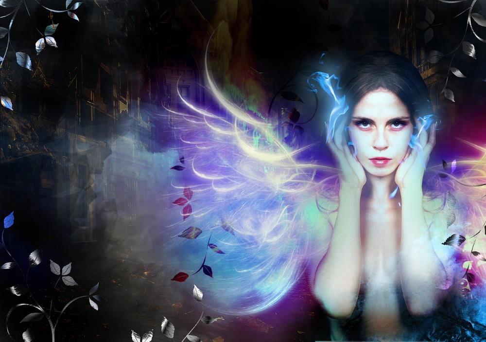 Девушка с крыльями из пламени, чей вид выражает осознание