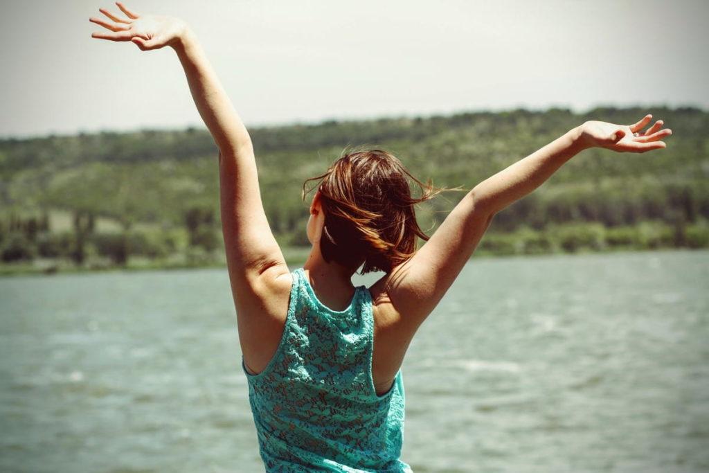Девушка, чья поза выражает полноту чувства и бытия