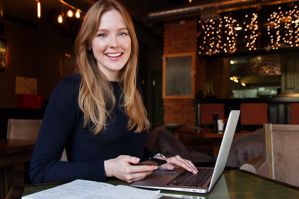 Позитивные эмоции на лице бизнес-леди