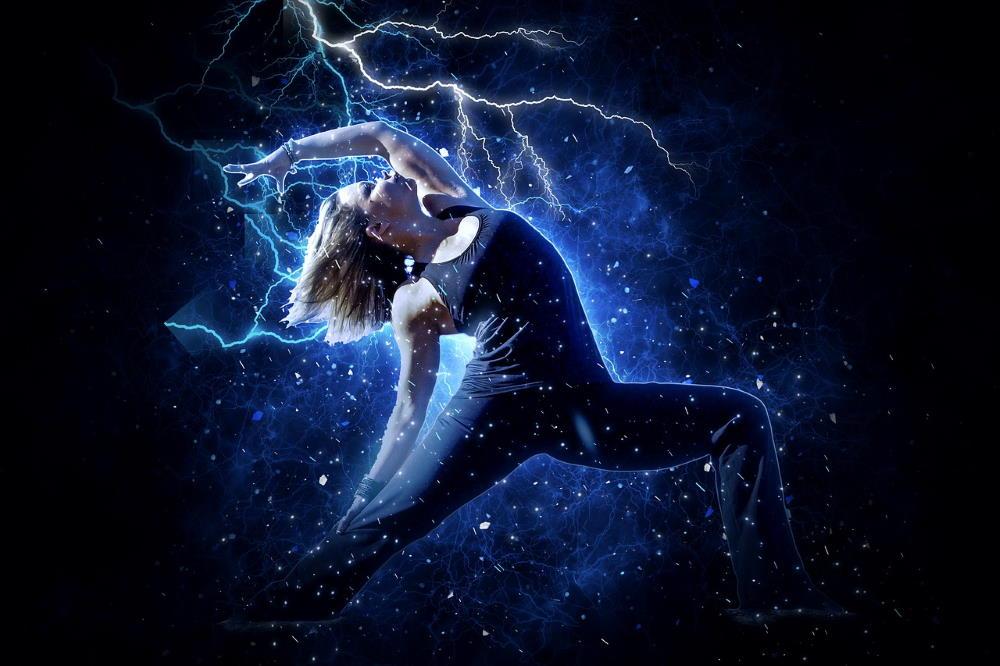 Женщина в йогической позе воина, наполняющаяся энергией