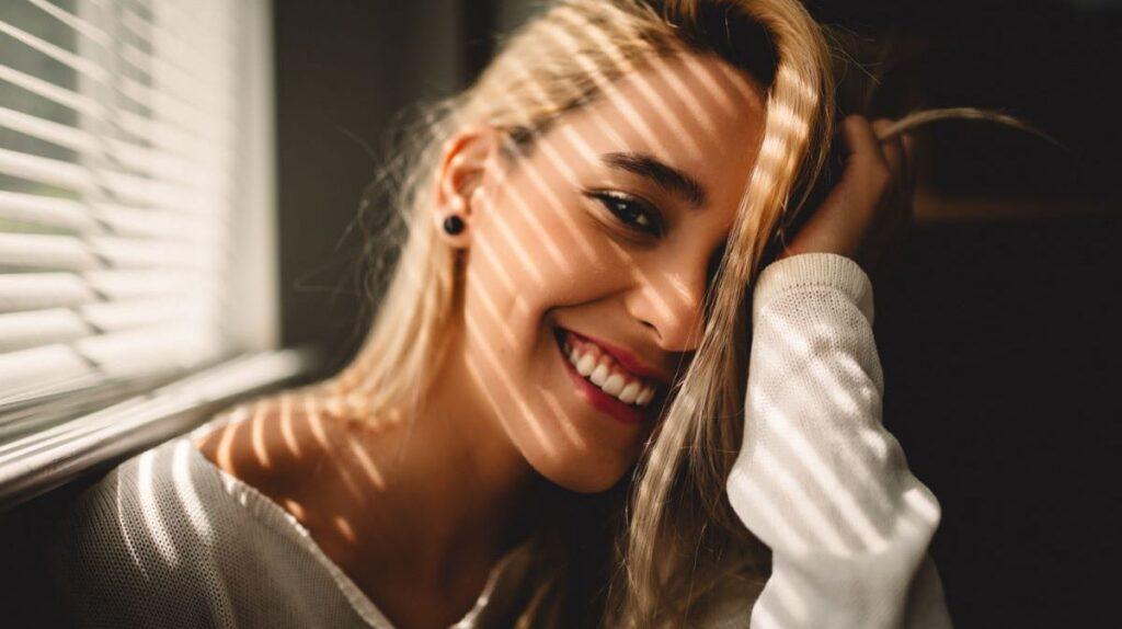 Девушка в позитивном состоянии - улыбается