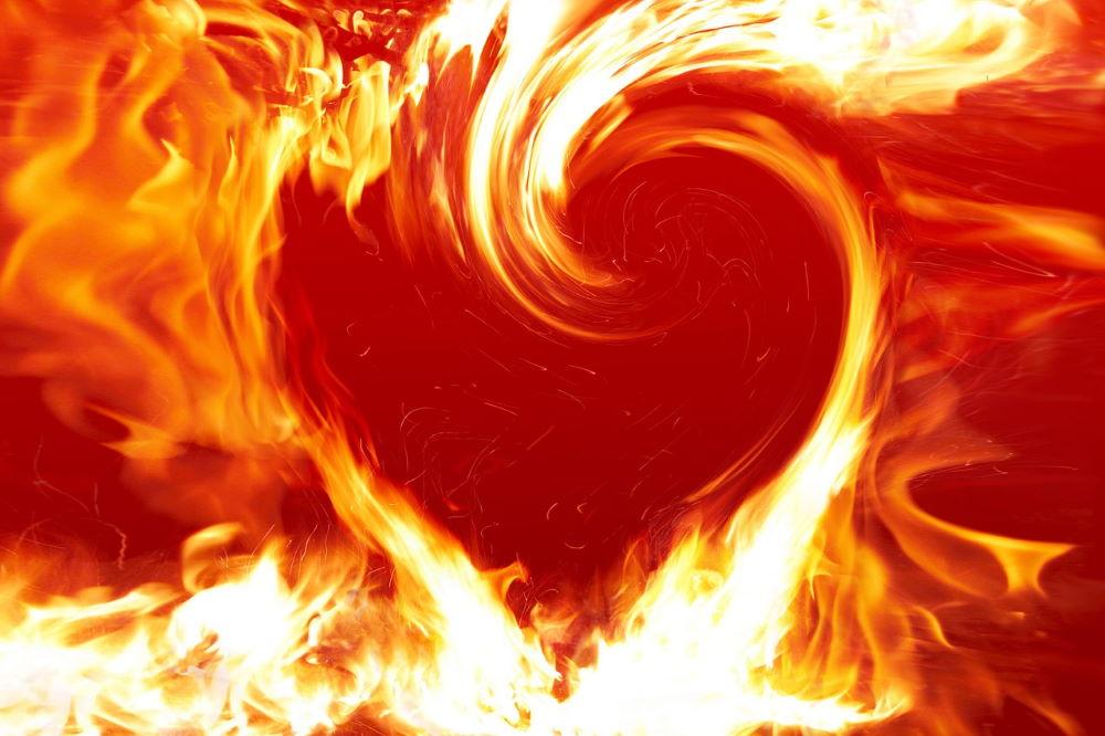 Пылающий огонь в форме сердца