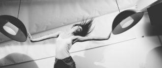Девушка в состоянии проактивности, выраженной энергичным жестом