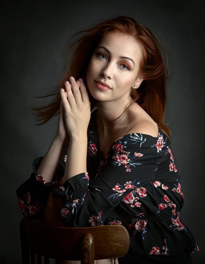 Красивая женщина с состоянии умиротворения и расслабления