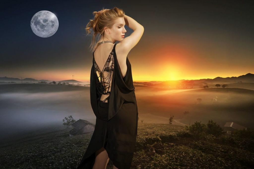 Женщина, закрывающаяся рукой от слепящего света