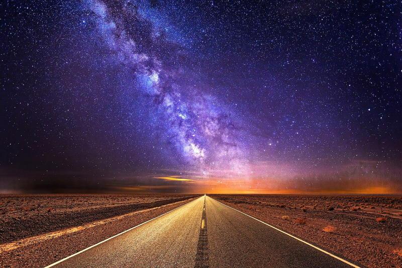 Дорога на фоне звёздного простора