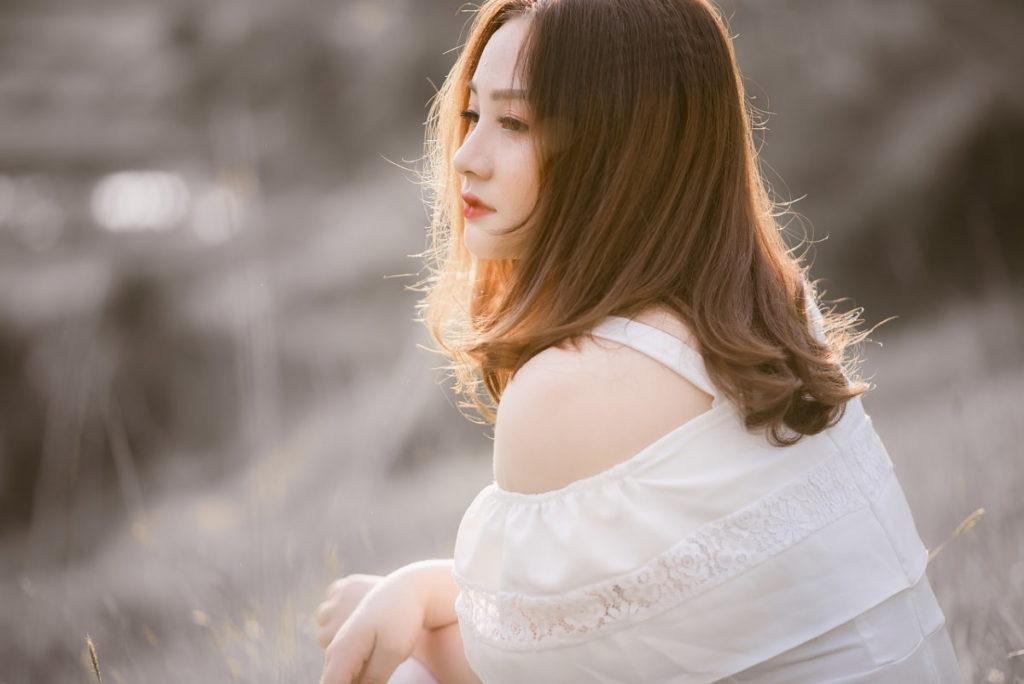 Красивая девушка, размышляющая над тем, как любить по-настоящему
