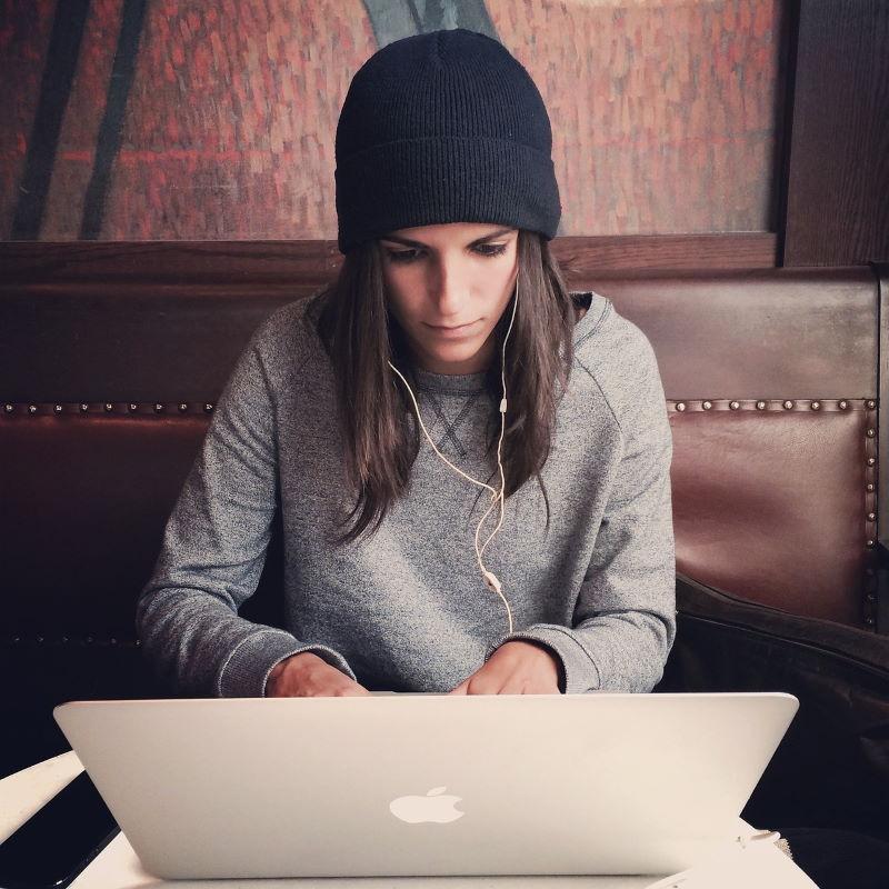 Девушка полностью отдаётся делу, работая за ноутбуком