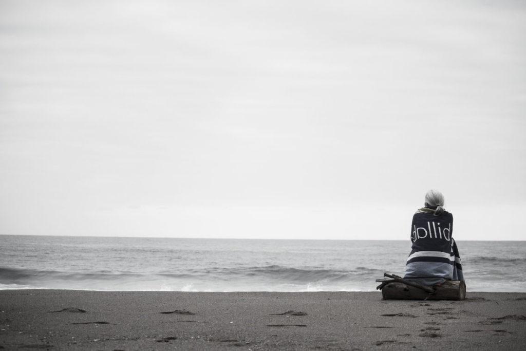 Женщина на фоне безрадостного, серого моря