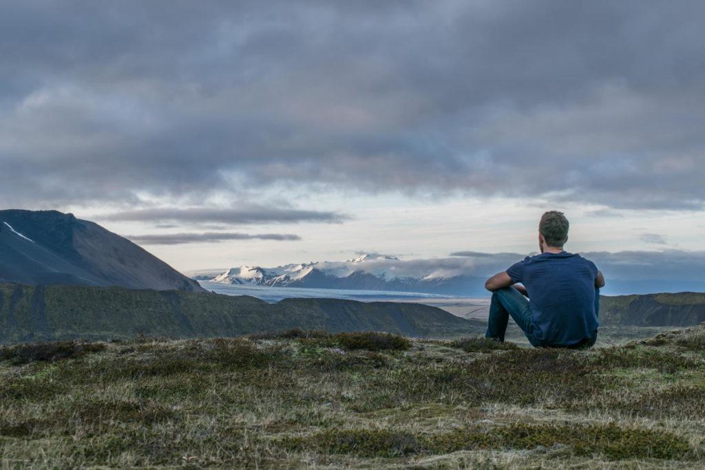 Мужчина на фоне гор во время созерцания