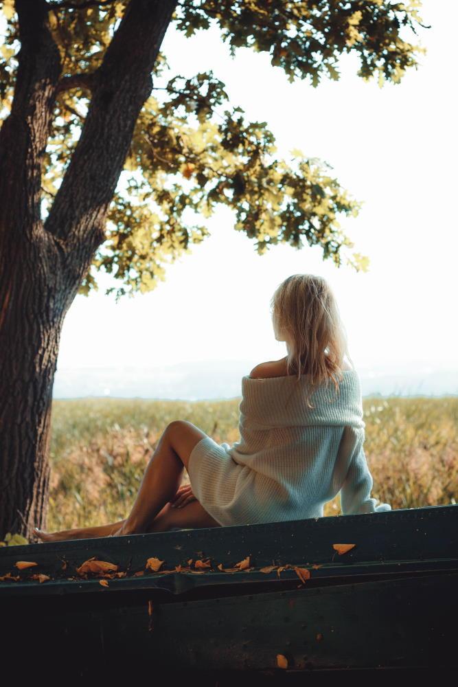 Девушка, сидящая в тишине на лоне природы