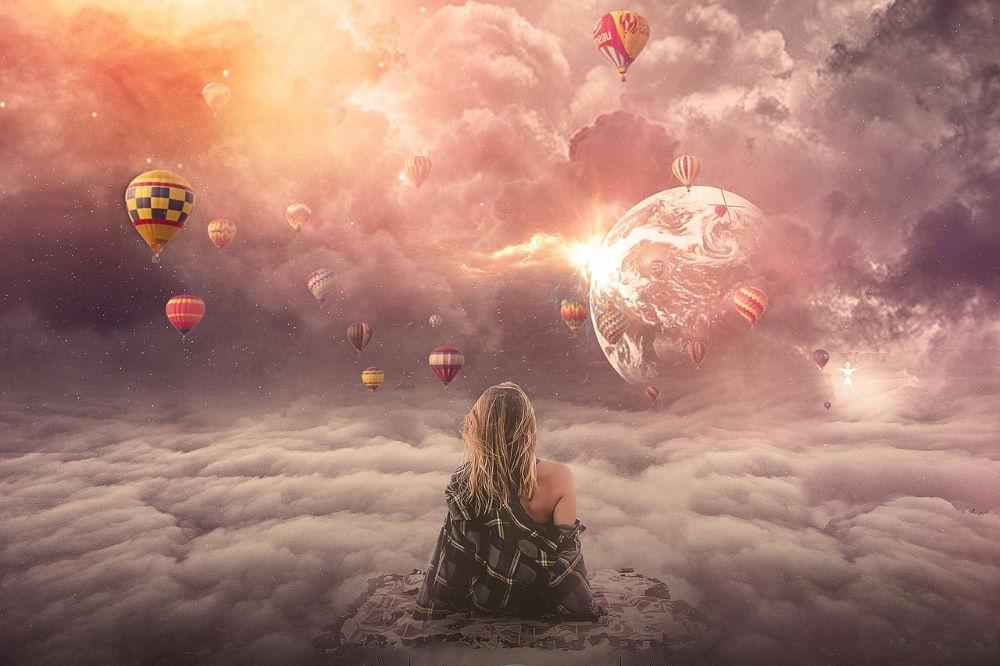 Женщина, сидящая высоко - над облаками, созерцая реальность